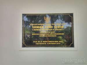 Prasasti pembukaan Museum Taman Tino Sidin