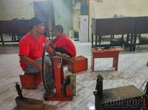 Proses pembuatan kerajinan perak