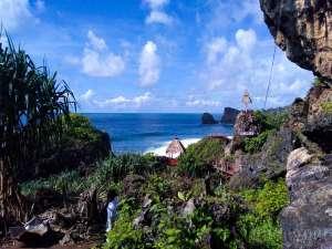 Panorama indah dari atas bukit di Pantai Siung