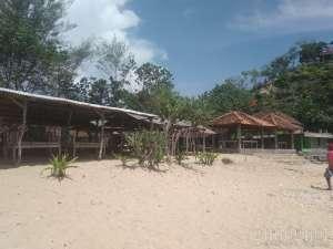 Gazebo tempat berteduh di Pantai Sundak 2018