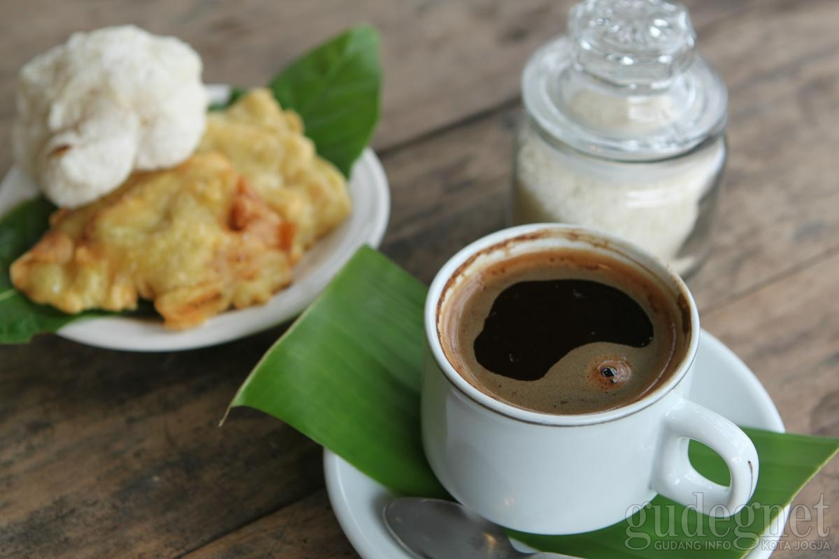 Menikmati Kopi Lokal dan Kuliner Tradisional di Kebun & Omah Kopi Suroloyo