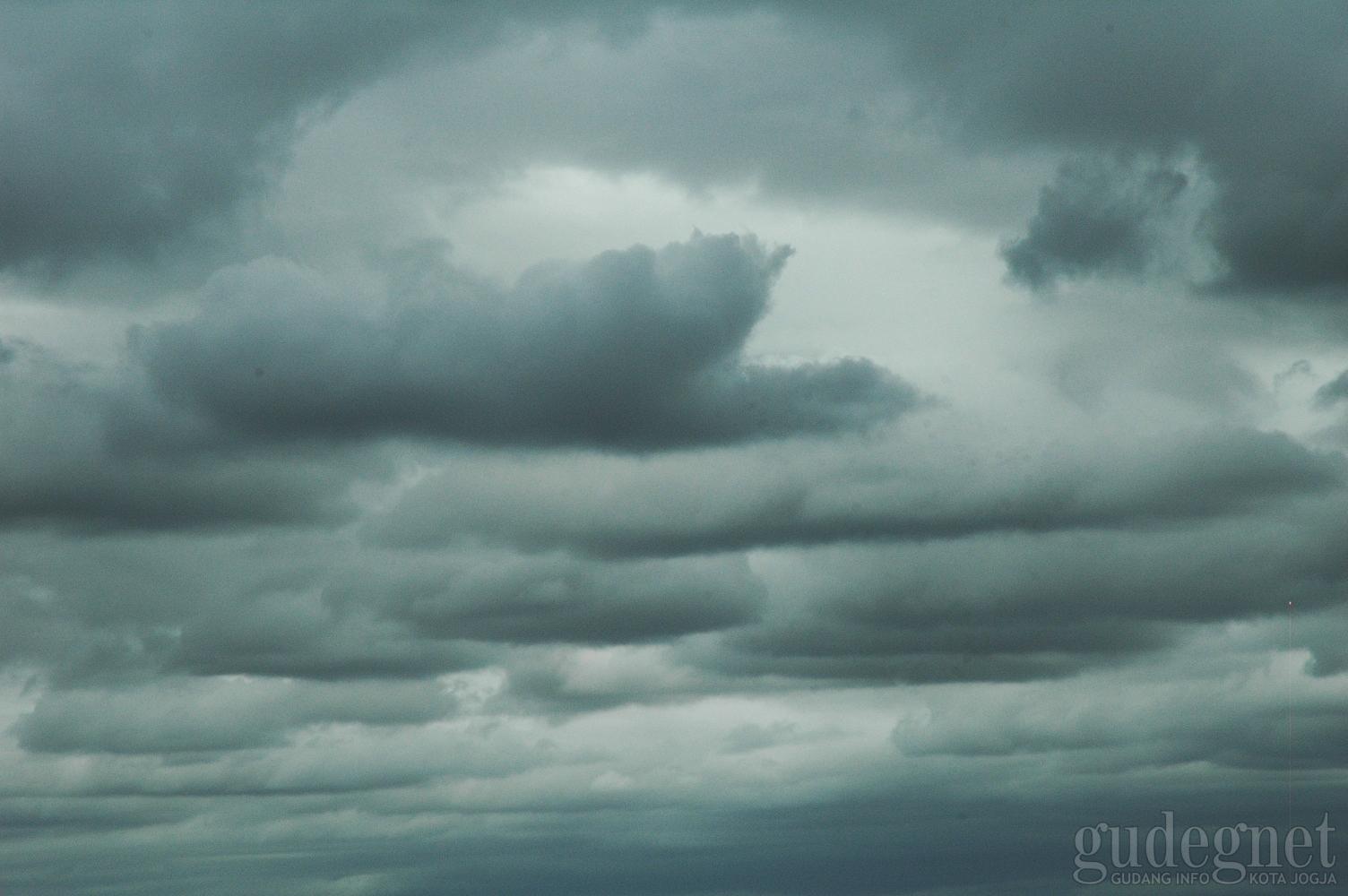 BMKG: Hari Ini Hujan dengan Angin Kencang dan Petir, Esok DIY Hujan