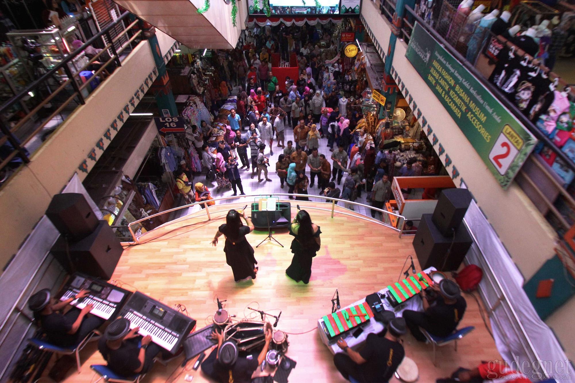 Ada Panggung Hiburan di Pasar Beringharjo