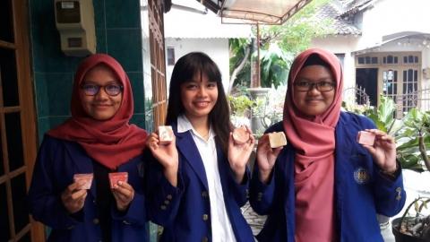 Mahasiswa UNY Membuat Sabun Herbal dari Daun Petai Cina