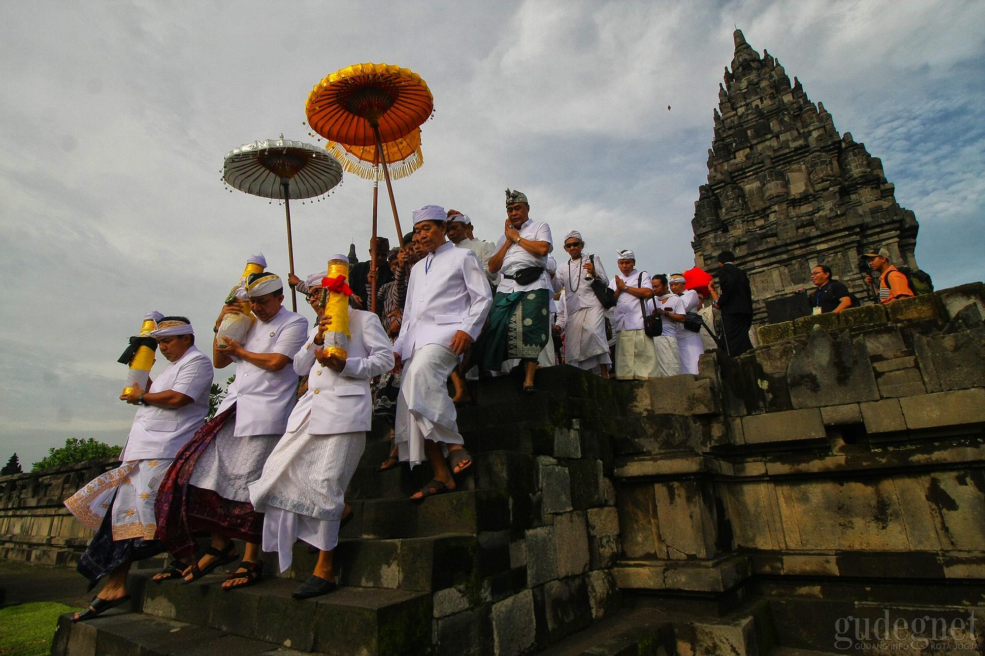Ribuan Umat Hindu Ikuti Tawur Agung Kesanga Nasional di Candi Prambanan