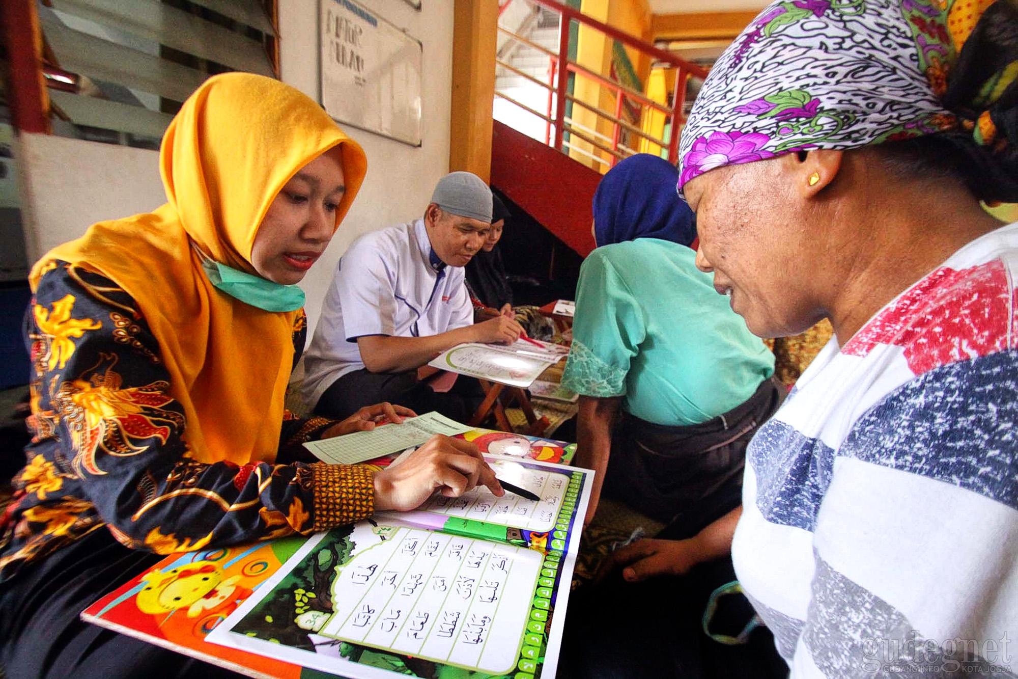 Isi Ramadan, Buruh Gendong Beringharjo Belajar Mengaji