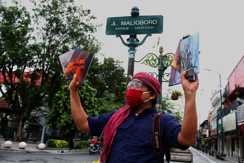 Donasikan Penjualan Buku, Cara Jurnalis Foto Ini Bantu Warga Terdampak Covid-19
