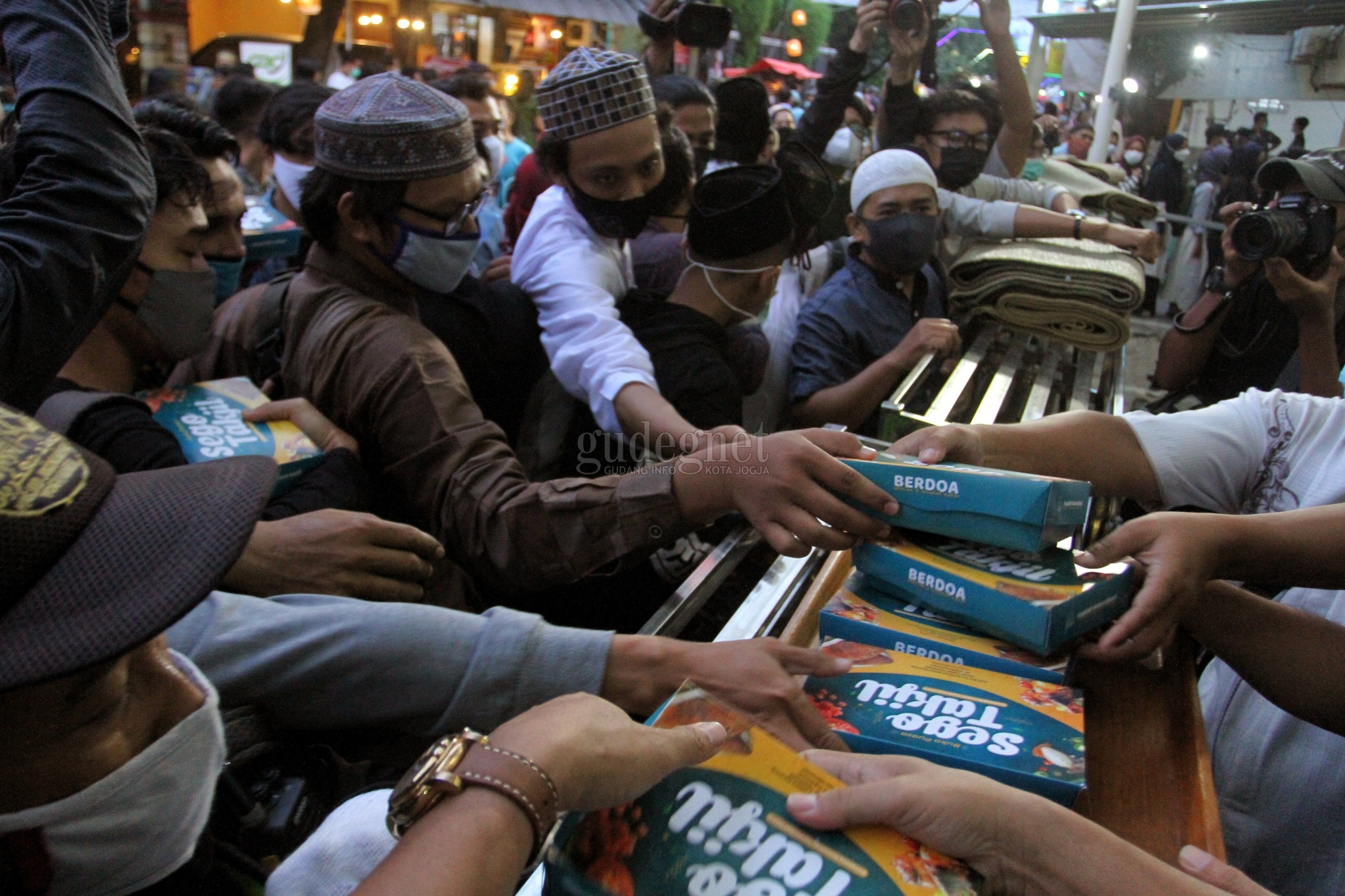 Ribuan Takjil Dibagikan, Masjid Jogokariyan Diserbu Warga