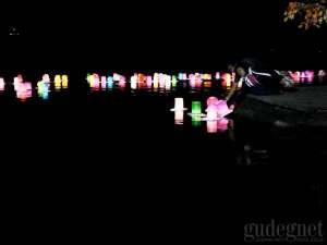 Ribuan Pengunjung Padati Festival Lampion Apung di Waduk Sermo