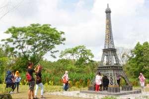 Ulah Pengunjung, Bunga di The World Landmarks Merapi Park Rusak