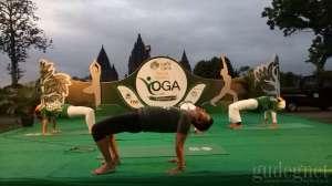 Anjasmara Sita Perhatian Peserta Yoga di Prambanan