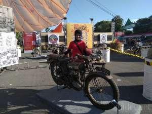 Bikers Wanita Ini, Koleksi 14 Motor Antik di Rumahnya