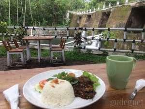 Joglo Parisewu, Suasana Makan Beda dengan Sungai dan Air Terjun