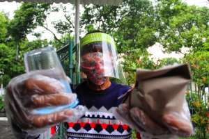 Peduli Sosial, Komunitas Sego Mubeng Bagikan 250 Nasbung