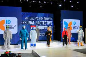 Unik, Fashion Show Tenaga Kesehatan Memakai APD
