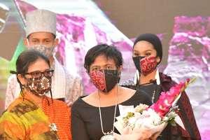 Pasang Surut Perjalanan Lia Mustafa di Dunia Rancang Busana