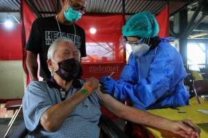 Pengantar Dua Lansia untuk Vaksinasi Dapat Vaksinasi Juga