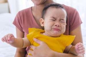 Mengatasi Bayi yang Mengalami ''Stranger Anxiety''